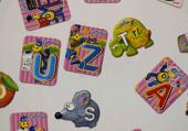 puzzles des magnets sur un frigo