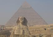 Le sphynx et la pyramide