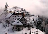 Jeux de puzzle : village sous la neige