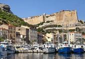 Derriere le port, la citadelle