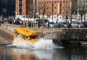 bus amphibie dans le bassin