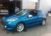 la voiture bleu