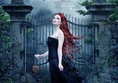femme devant porte de cimetière