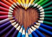 coeur en crayons de couleurs