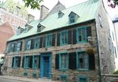Une jolie maison aux volets bleus