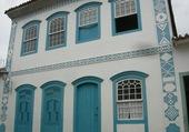 Façade blanche et bleue