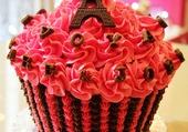 un cupcake avec la tour eiffel