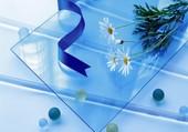 Des marguerites sur du verre bleu
