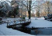 Le pont et l'étang sous la neige