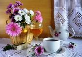Un café, des fleurs et un jus de pomme