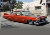 Cadillac orange devant une villa