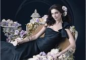 belle femme entourée de fleurs