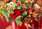 fleurs dans vases rouges