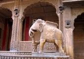 Puzzle sculpture en façade de maison indienne