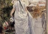 Jeune femme arrosant un arbuste