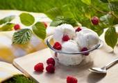 Framboises et glace à la vanille