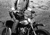 JOHN WAYNE SUR SA MOTO