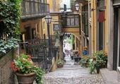 Petite rue dans Côme en Italie