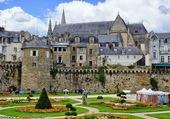 Remparts et cathédrale vue des jardins