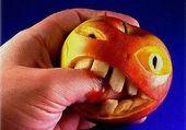 alimentaire la pomme mord le doigt !