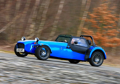 En route en petite voiture bleu