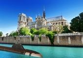 Curieux bateau à Paris