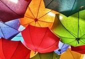 des parapluies colorés
