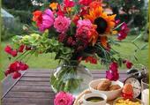 Déjeuner fleuri au jardin