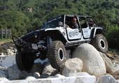 jeep dans les roches