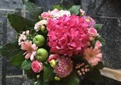 Bouquet de fleurs et de pommes
