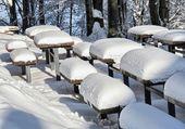 Table de parc sous la neige au Québec.