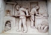 sculpture du boulanger dans la pierre