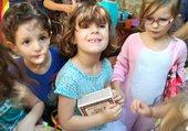 deux petites filles et un copain