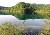 Reflets sur lac en Croatie