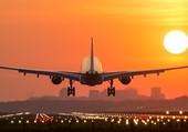 avion et coucher du soleil