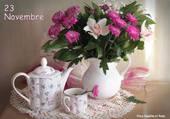 Le thé est servi avec des fleurs