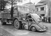 ACCIDENT CAMION ET COCCINELLE VW