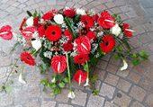 Composition florale en rouge, vert et bl