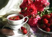 fleurs rouges et fraises