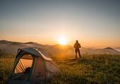 Puzzle Randonneur près d'une tente lors d'un coucher de soleil